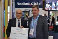 Yvon Robert, maire de Rouen, a reçu son trophée des mains de Jean-David Cadet, secrétaire adjoint AITF Ile-de-France.