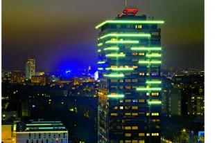 A Rennes, dans chaque quartier, un bâtiment de plus de treize étages est illuminé pour que ses contours donnent des repères aux habitants.