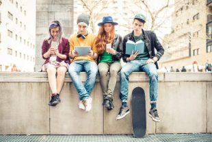 smartphone-jeunes-oneinchpuch-AdobeStock