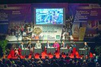 Hélène Geoffroy a fait de la lutte contre les discriminations un axe de la politique de la ville de Vaulx-en-Velin dont elle est maire. Ici (au centre, à côté de François Hollande), lors du colloque « bilan d'étape », organisé le 7 février.