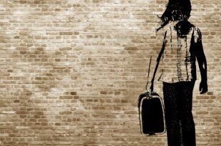 Pochoir mural femme avec valise