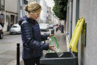 femme jetat bouteille plastique bac jaune B