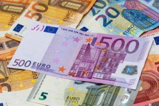 Billet de 500 euros parmi des billets de 50, 20, 10 et 5 euros argent