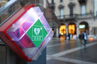 Un défibrillateur automatisé externe (DAE)