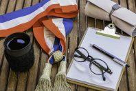 Maire et adjoints en france - élection municipale - bureau du Maire - bureau féminin en bois avec une écharpe tricolore d'élu municipal ou de député de la République  avec nécessaire de bureau