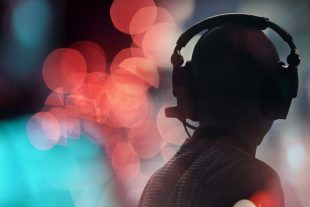 technicien casque scène audio son intermittent spectacle concer