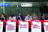 Lors d'une conférence de presse devant la préfecture de Seine-Saint-Denis à Bobigny, le 7 septembre 2019, cinqmaires du département (Saint-Denis, L'Ile-Saint-Denis, Aubervilliers, Bondy, Stains), annoncent qu'ils vont déposer un recours contre l'Etat pour rupture d'égalité, ce qu'ils ont fait le 14 janvier.