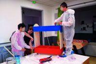Les jeunes résidents des foyers ont parfois construit le mobilier de leur coin lecture. Ici à Martigues, avec l'association des Compagnons bâtisseurs.