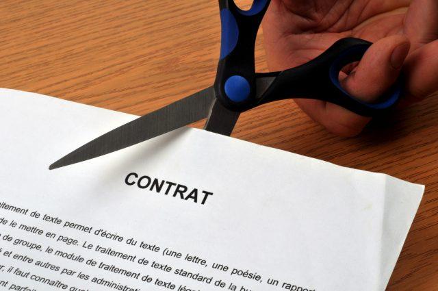 Contrat coupé avec des ciseaux