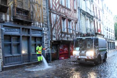 Sur les 3 000 m³ d'eau nécessaire au nettoyage des rues de Rennes, 2 000 viennent d'eaux de piscine récupérées.