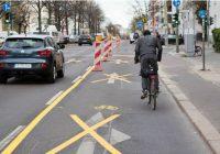 Dans le quartier de Kreuzberg, la Zossenerstrasse a été aménagée fin mars 2020 avec une bande cyclable temporaire équipée de balises d'alignement.