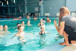 Piscine enfant maître nageur