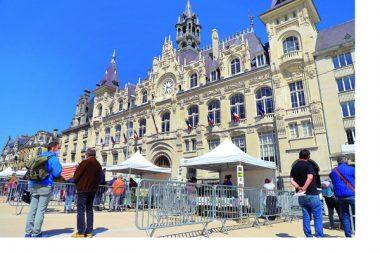 A Charleville-Mézières, la place de l'Hôtel-de-Ville, refaite, a accueilli son tout premier marché de producteurs locaux le 15 mai 2020.