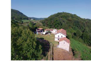 A Saint-Bertrand-de-Comminges (Haute-Garonne), les préparatifs de l'événement « The Village » consacré à l'innovation de demain.