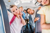 Des élèves se rendant à l'école en bus scolaire
