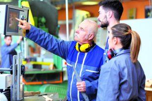 Le gouvernement veut favoriser l'emploi de 450000jeunes d'ici à janvier avec le plan «Un jeune, une solution». Des primes à l'embauche font partie des mesures d'accompagnement.