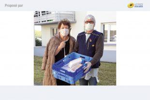 « A Toulouse, équipés de véhicules frigorifiques, les postiers livrent chaque jour des repas aux seniors. »