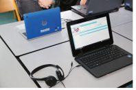 Equipement numŽrique dans une classe du lycŽe Joliot-Curie - Elves en cours devant ordinateur