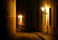 rue-deserte-nuit- fewerton-AdobeStock_208057027