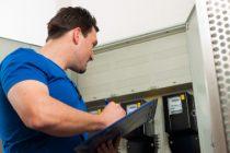 Techniker liest den Stromzähler ab