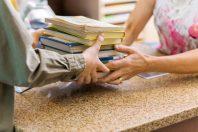 bibliotheque-retrait-livres-Tyler Olson-AdobeStock