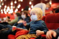 enfant-theatre-masque-EAC-Maria Sbytova-AdobeStock