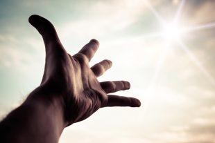Une main tendue, un espoir