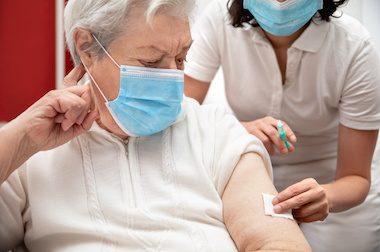 Vaccination à domicile: les élus locaux appelés à la rescousse