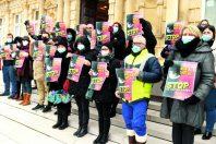Nombre d'agents manifestent contre le passage aux 1 607 heures. Ici, ceux du Grand Reims, sur le parvis de l'hôtel de ville de Reims, le 9 février.