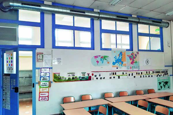 A l'école La Fontaine, au Raincy, un système placé en hauteur distribue l'air purifié. Il est relié à des capteurs de mesure de la qualité de l'air intérieur.