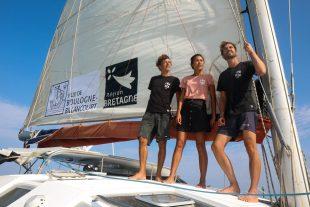 Corentin de Chatelperron (à gauche), président du Low-tech Lab, et l'équipage du Nomade des mers prennent la mer sur leur catamaran pour de nouvelles escales en Asie et en Amérique, à la découverte d'innovations low-tech.