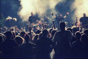 concert-debout-erika8213-AdobeStock_118162714
