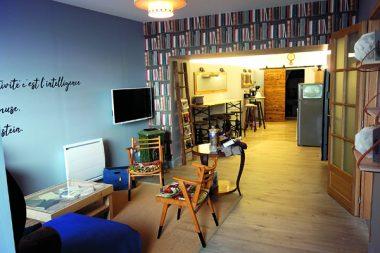 Le Bed in shop « bouquiniste » a été conçu avec des matériaux et des meubles de récupération dans une ancienne boutique.