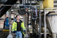 Portrait de Mikael Thomas (chef de maintenance informatique industrielle sur le site de production d'eau de La Roche de Nantes Métropole), dans le bâtiment de production d'eau Actiflo pendant un contrôle des capteurs.