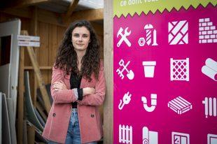Clémence Mardon, chargée de mission Economie Circulaire chez Kyrielle, le service de déchets ménagers de Saumur Agglopropreté, devant la zone de gratuité de la déchetterie du Clos Bonnet.