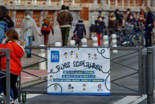 L'entrée d'une rue scolaire mise en place à Lille.