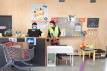 Au Smicval market de Vayres, en Gironde, les utilisateurs peuvent déposer, dans les rayons, les objets réutilisables dont ils se séparent et repartir avec d'autres.