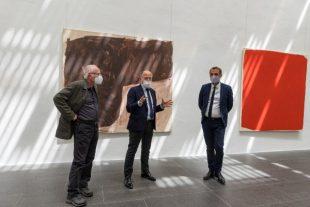 De gauche à droite, Stéphane Bordarier, peintre exposé au Musée Fabre, devant ses oeuvres, Michel Hilaire, directeur du musée Fabre, et Michaël Delafosse, maire et président de la métropole de Montpellier, le 19 mai, jour de réouverture du musée