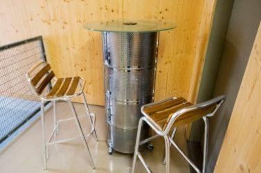 Le mobilier à base de matières recyclées, ou de réemploi comme à Strasbourg, n'est pas toujours plus cher. Ici le lot de 25 pièces a coûté 3 839 euros incluant embellissement, réparation et coordination par un architecte-décorateur, soit - 12 % par rapport à un achat neuf.