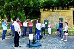 Metz métropole a créé sa régie de l'eau en 2019, ici, les élus visitent le site du captage des trois fontaines de la vallée de Montvaux.