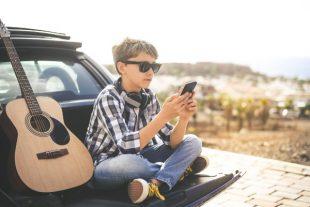 smartphone-jeune-guitare-Fabio Principe-AdobeStock_311068578