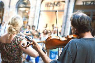musiciens-rue-michelangeloop-AdobeStock_205176229