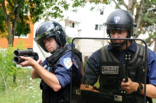 Intervention en zone sensible/hostile (armement : bouclier, matraque télescopique, Flashball court).