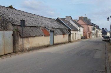 Dans le centre bourg de Gouézec (Finistère), plusieurs biens limitrophes (coopérative, maison, auberge) sont en l'état d'abandon.