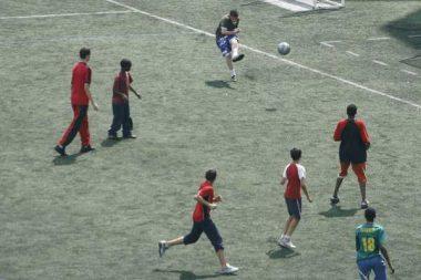 Jeunes jouant au football