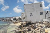 Deux ans après le passage d'Irma, ces maisons de Sandy Ground, l'un des quartiers populaires de Saint-Martin, sont toujours dans le même état d'endommagement qu'au lendemain de l'ouragan.