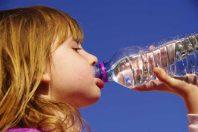 Enfant boire canicule