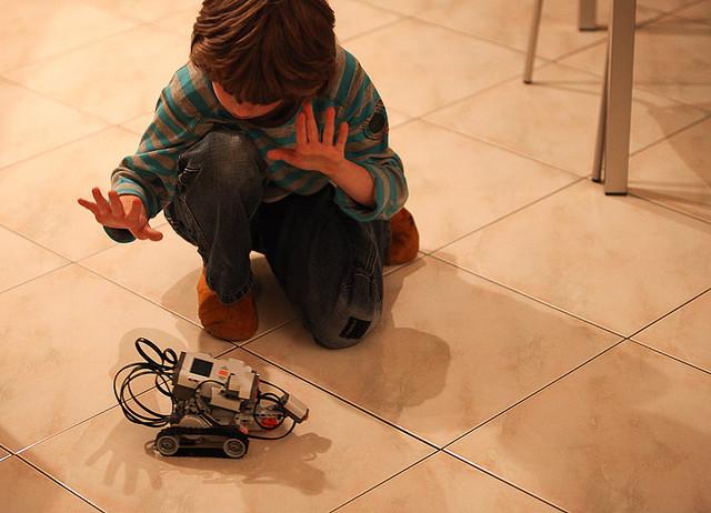 Enfant jouant avec des LEGO Mindstorm.