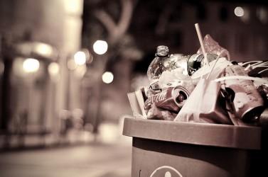 déchets dans une poubelle