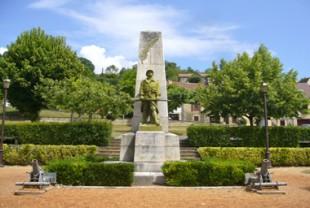 Le monument aux morts de la Grande Guerre, à Saint-Cyprien (Dordogne).